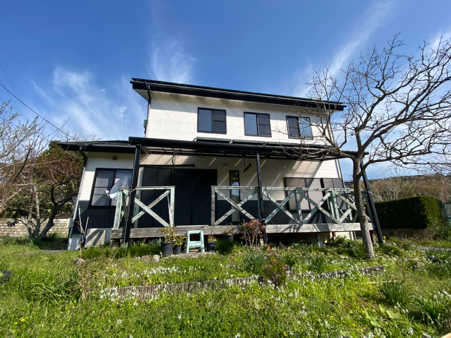 澄んだ空気、自然豊かな里山、吹き抜けが開放的な別荘